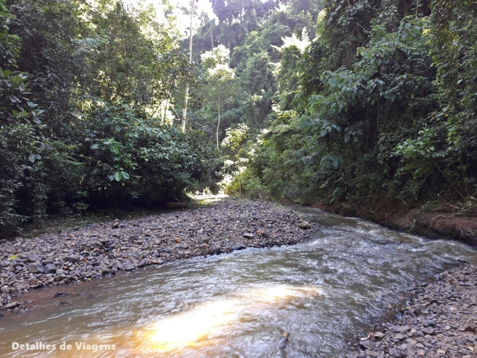trilha cachoeira da ferradura itirapina atravessar rio