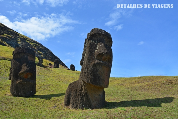 moai semi enterrados ilha de pascoa rano raraku relatos viagem rapa nui.JPG