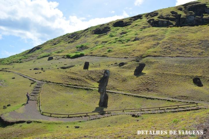 rano raraku ilha de pascoa moai enterrado relatos viagem.JPG