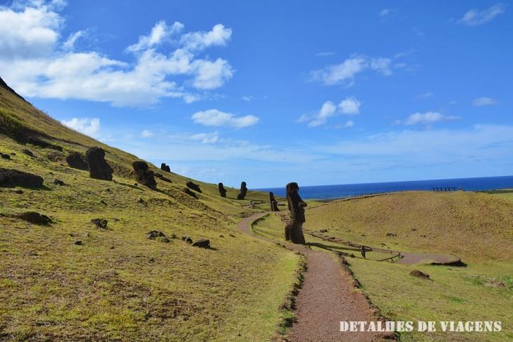 rano raraku moai semi enterrado ilha de pascoa roteiro relatos viagem.JPG